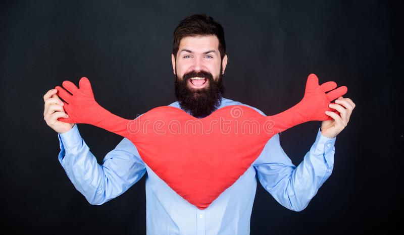 释放拥抱 人有胡子的行家拥抱心脏 庆祝情人节 有胡子的在爱浪漫心情的人和髭 库存图片