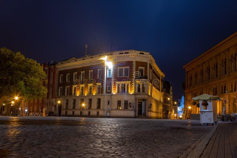里加圆顶正方形在圆顶大教堂附近的多玛laukums在晚上 它独特与中世纪和哥特式建筑 游人 免版税库存照片
