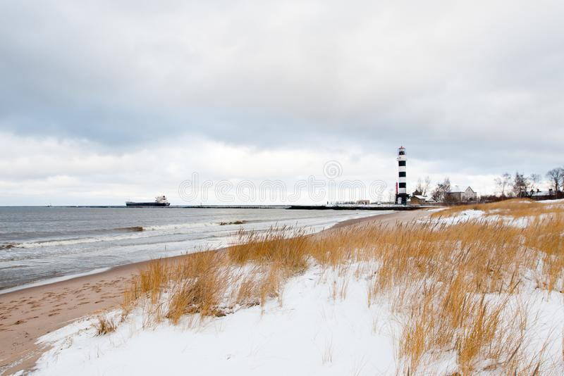 里加在海岸线的口岸灯塔在冬天 免版税库存照片
