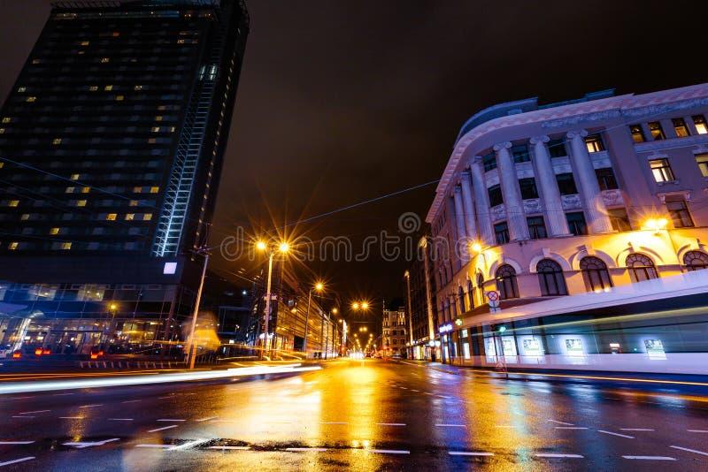 里加大街Brivibas长的曝光在雨期间的晚上进入拉脱维亚-专业和最佳的质量-湿 库存照片