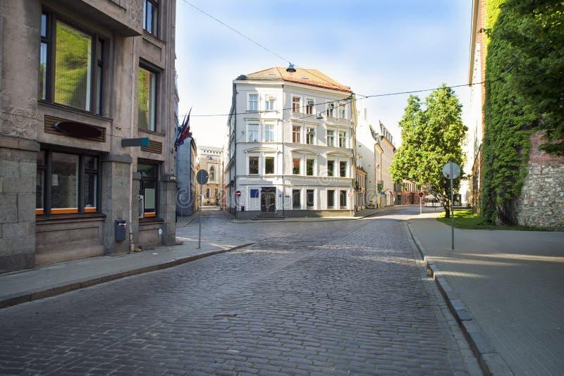里加老镇的空的街道  免版税库存照片