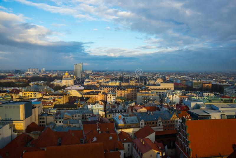 里加,从圣皮特圣徒・彼得塔教会的高度的拉脱维亚的全景  库存照片