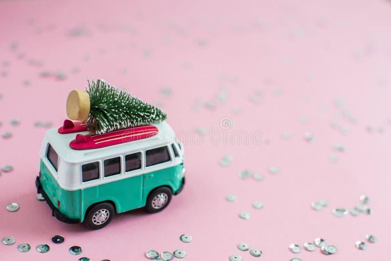 里加,拉脱维亚,2018年10月31日 有新年圣诞节杉树的嬉皮公共汽车在屋顶微型小汽车横幅 免版税库存图片