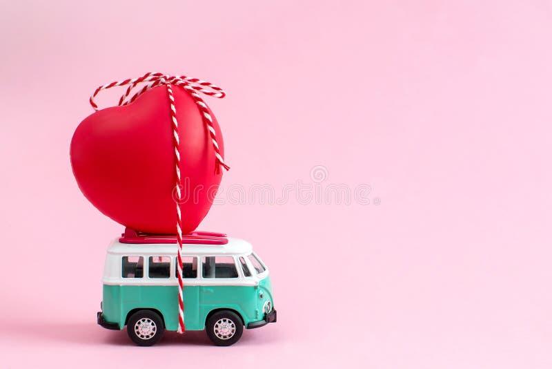 里加,拉脱维亚,2019年1月22日 有红色心脏的嬉皮公共汽车在屋顶情人节微型小汽车横幅爱题材 免版税库存照片