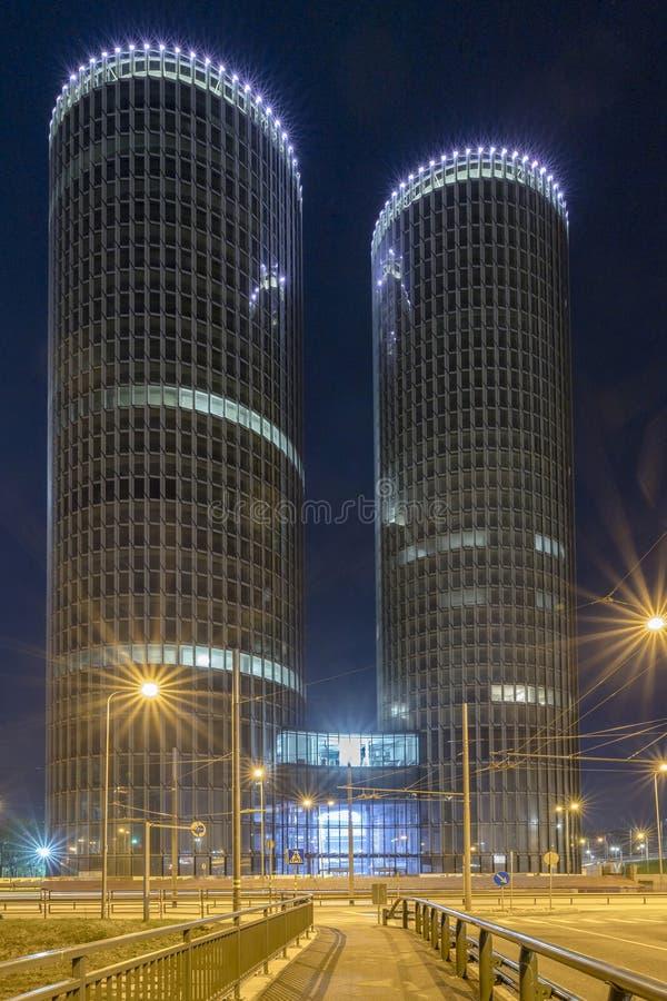 里加,拉脱维亚, 2018 4月27日,多功能大厦区Z塔,坚硬渐晕,在窗口的反射 现代 免版税图库摄影