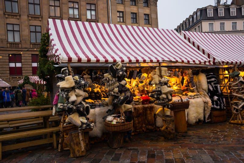 里加,拉脱维亚:新年的市场在中心广场,与商店的市场和君主 库存图片
