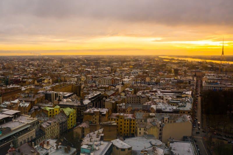 里加,拉脱维亚:里加看法从观察台的 城市的美好的顶视图日落的 图库摄影