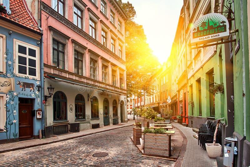 里加,拉脱维亚- 2017年7月:老中世纪晴朗的早晨狭窄街道在里加,拉脱维亚 免版税库存照片