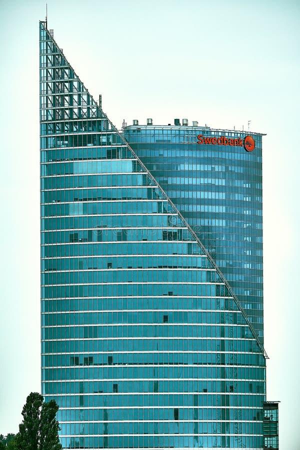 里加,拉脱维亚- 2017年9月:Swedbank办公室现代玻璃摩天大楼在里加市 拉脱维亚,北欧 库存图片
