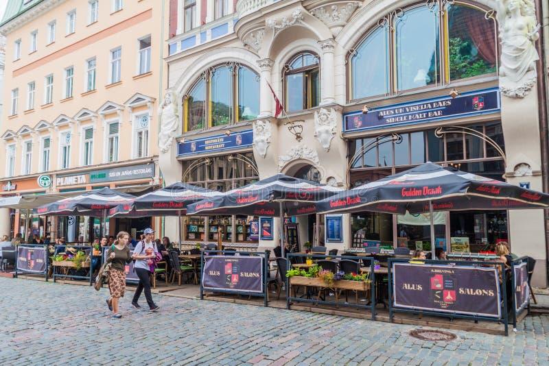 里加,拉脱维亚- 2016年8月19日:室外餐馆行在里加,Latv的中心 免版税库存照片