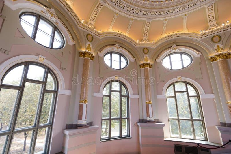 里加,拉脱维亚- 2018年8月28日:对拉脱维亚全国艺术馆的天花板窗口的巨大的地板 图库摄影