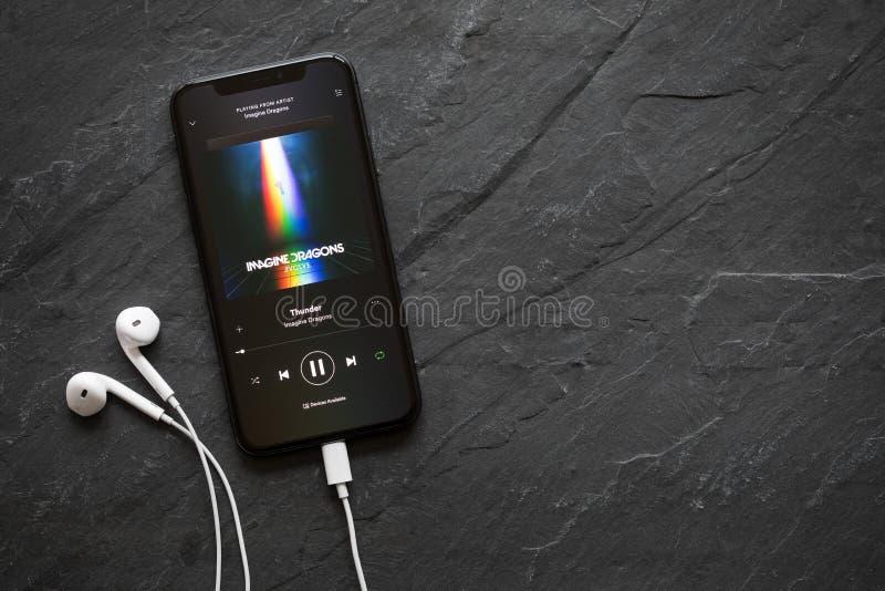 里加,拉脱维亚- 2018年3月25日:由Imagine龙的iPhone x使用的歌曲雷在Spotify app 免版税图库摄影