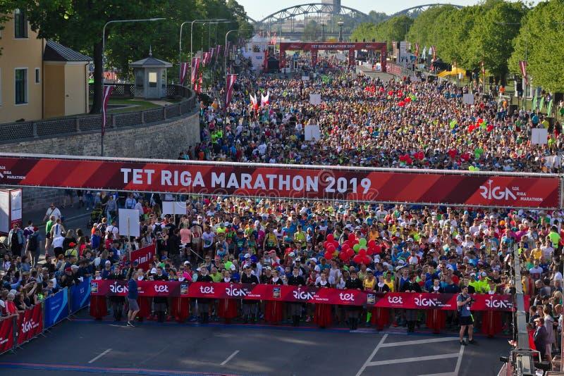 里加,拉脱维亚- 2019年5月19日:起初排队线的里加泰特马拉松的参加者 免版税库存图片
