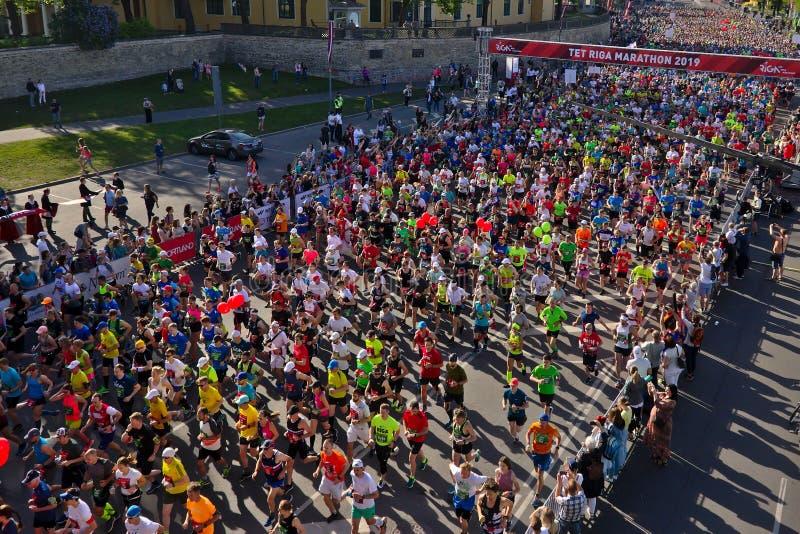 里加,拉脱维亚- 2019年5月19日:里加泰特运行从起动线的马拉松运动员 免版税图库摄影