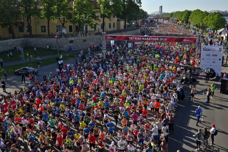里加,拉脱维亚- 2019年5月19日:里加泰特运行从起动线的马拉松运动员 免版税库存图片