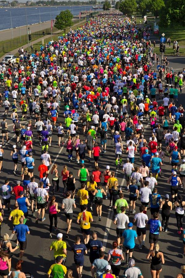 里加,拉脱维亚- 2019年5月19日:里加泰特运行从起动线的马拉松运动员 免版税库存照片