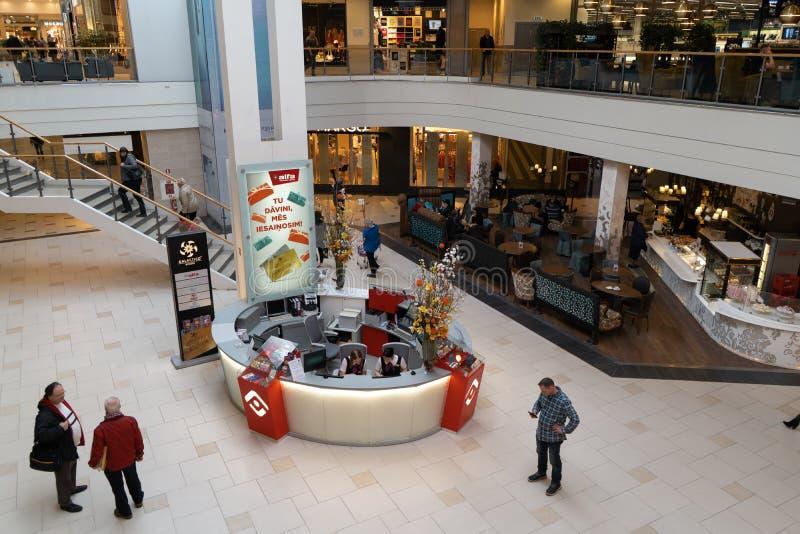 里加,拉脱维亚- 2019年4月4日:阿尔法购物中心在Julga区-主要大厅从上面 免版税库存照片
