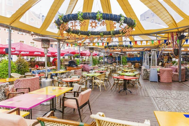 里加, LATVIA-JULY 10日2017年:与五颜六色的桌o的一个街道咖啡馆 免版税库存照片
