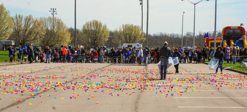 里士满, KY美国- 2018年3月, 31 -复活节Eggstravaganza -孩子排队作为成人被涂的塑料鸡蛋,在蛋狩猎前 库存图片