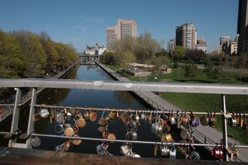 里多运河天桥栏杆上的锁 库存图片