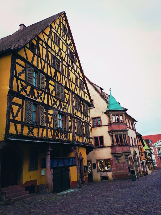 里屈埃维村庄中央街道在阿尔萨斯,有五颜六色的传统半木料半灰泥的房子的法国 免版税图库摄影
