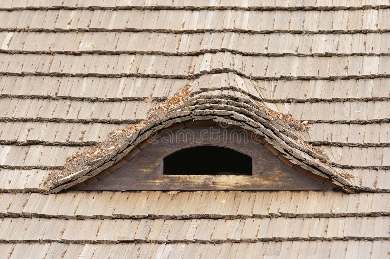 里德屋顶和半眯着的眼睛窗口 库存照片
