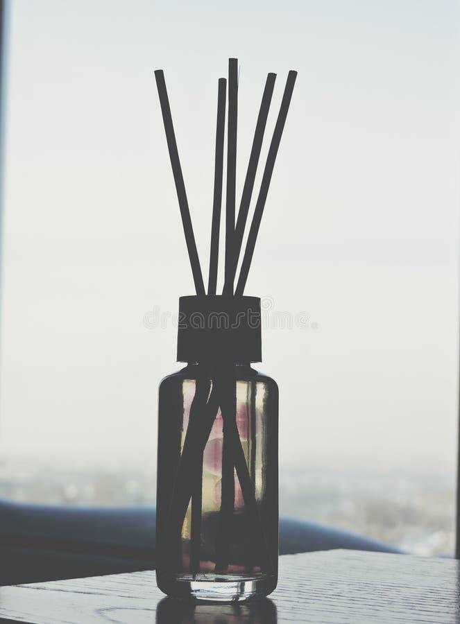 里德清凉剂,关闭 在玻璃瓶的芳香液体用芦苇棍子 r ?? 空气清新剂在家黏附 ?? 库存照片