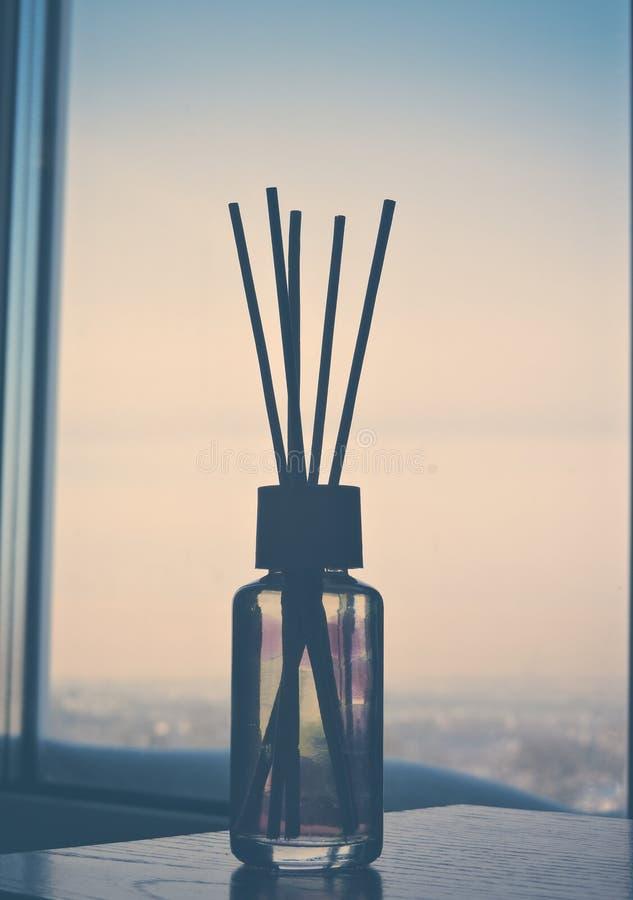 里德清凉剂,关闭 在玻璃瓶的芳香液体用芦苇棍子 r ?? 空气清新剂在家黏附 ?? 免版税库存照片