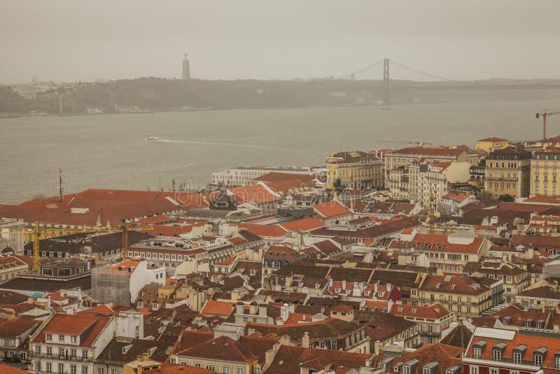 里斯本、葡萄牙,欧洲-老镇和25 de阿布利尔Bridge 免版税库存图片