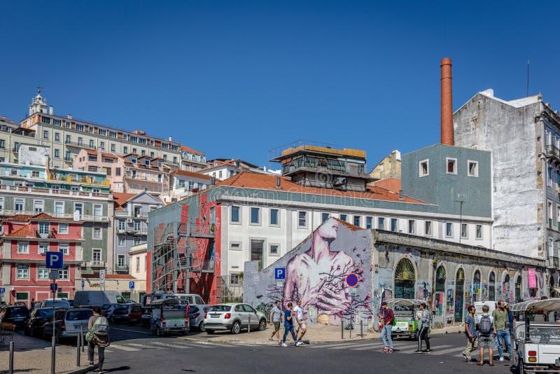 里斯本、葡萄牙- 2018年5月9日-享受在春天,在的传统建筑的游人和本机一惊人的蓝天天 库存照片