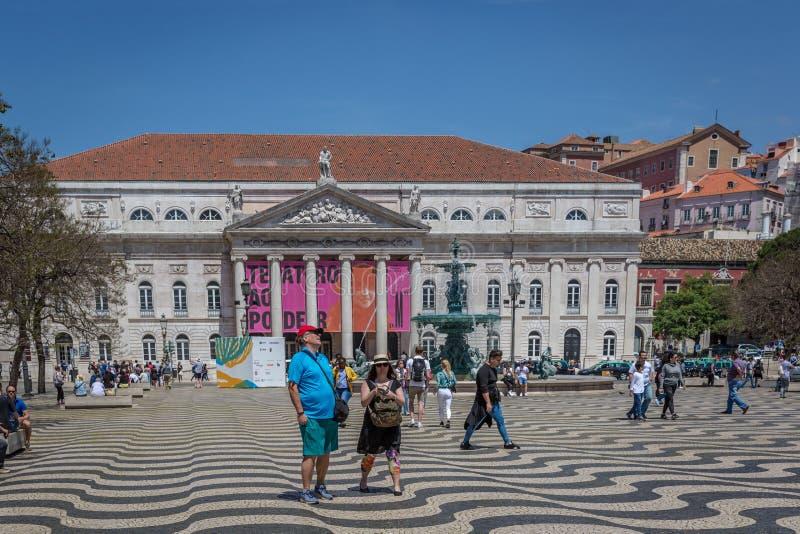 里斯本、葡萄牙- 2018年5月9日-走在Rossio大道的游人和本机在街市里斯本,葡萄牙在a的` s资本 库存图片