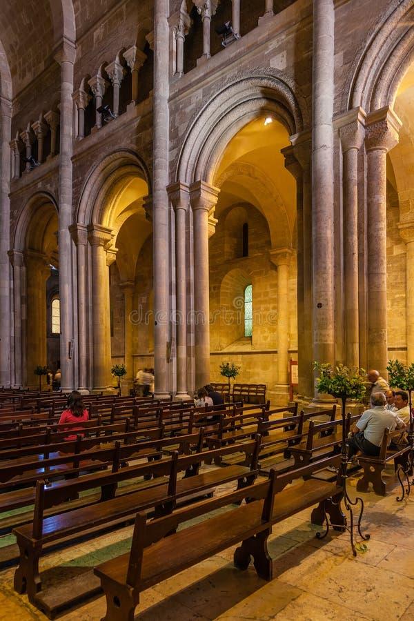 里斯本主教座堂或Se de里斯本圣玛丽亚马约尔教会的亦称内部 免版税图库摄影