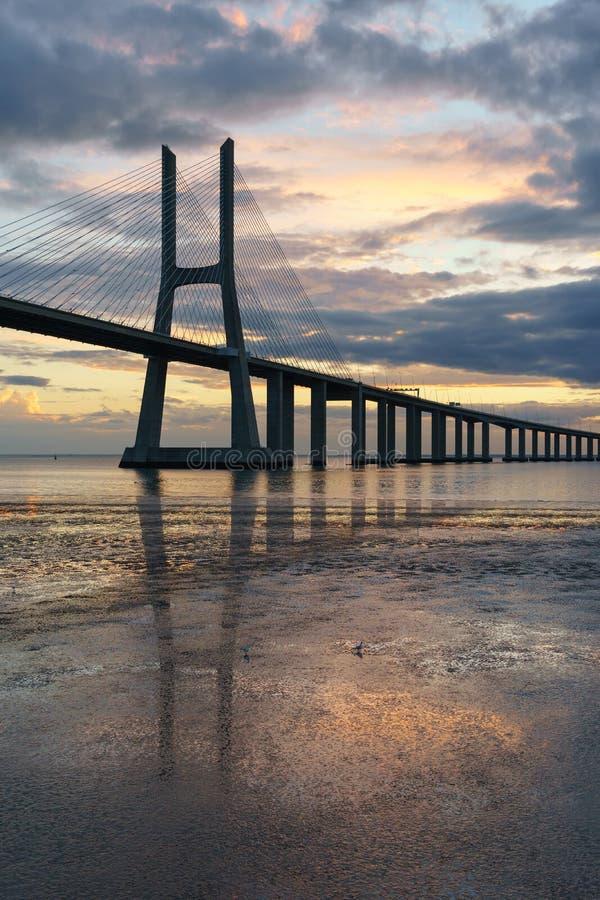 里斯本地标 瓦斯科・达伽马在日出的桥梁风景 免版税库存照片