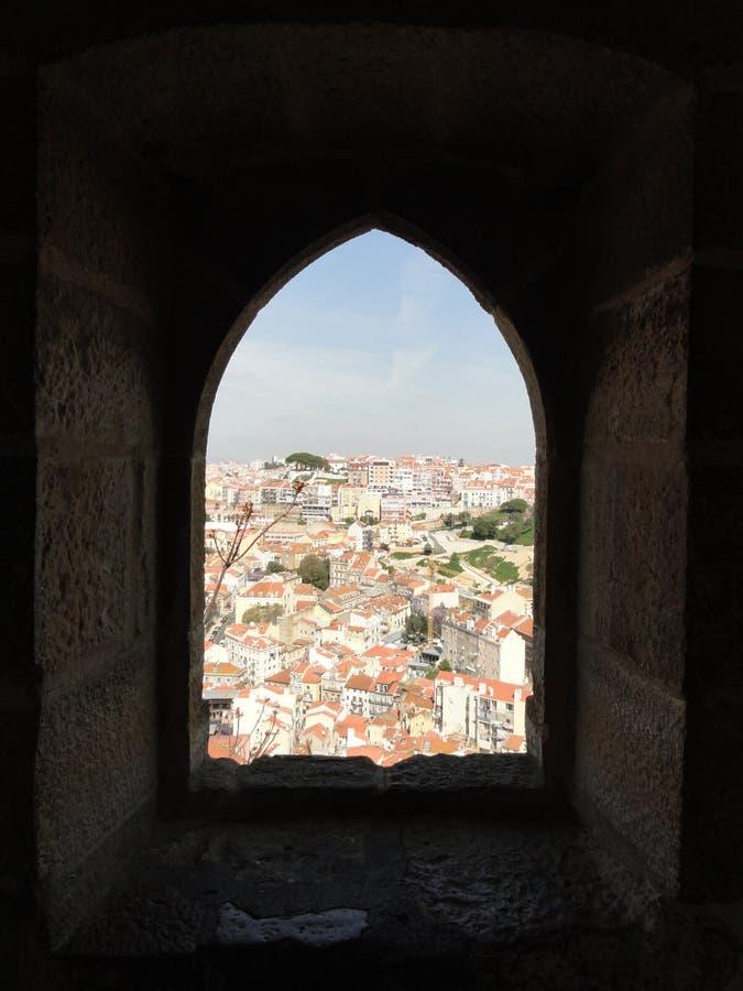 里斯本市视图通过被成拱形的窗口 库存图片