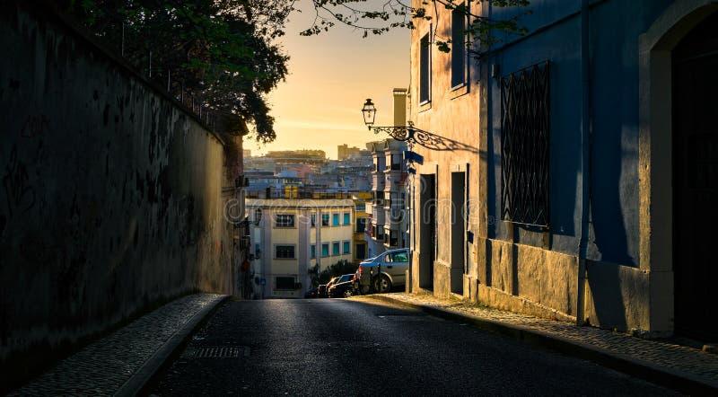 里斯本日落 砖城市女孩街道墙壁 缆索铁路的拉夫拉 葡萄牙 免版税图库摄影