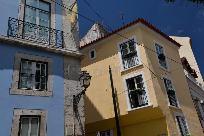 里斯本葡萄牙 在Alfama处所的狭窄的街道 库存照片