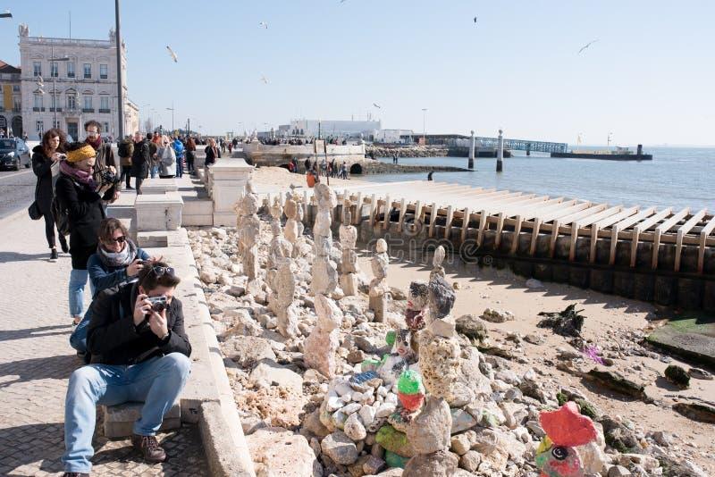 里斯本,葡萄牙,23/02/2018:街道艺术家塑造与平衡石艺术技术的雕象  免版税库存图片