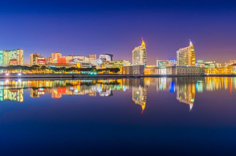 里斯本,葡萄牙:国家的夜视图在里斯本停放Parque das Nações 库存图片