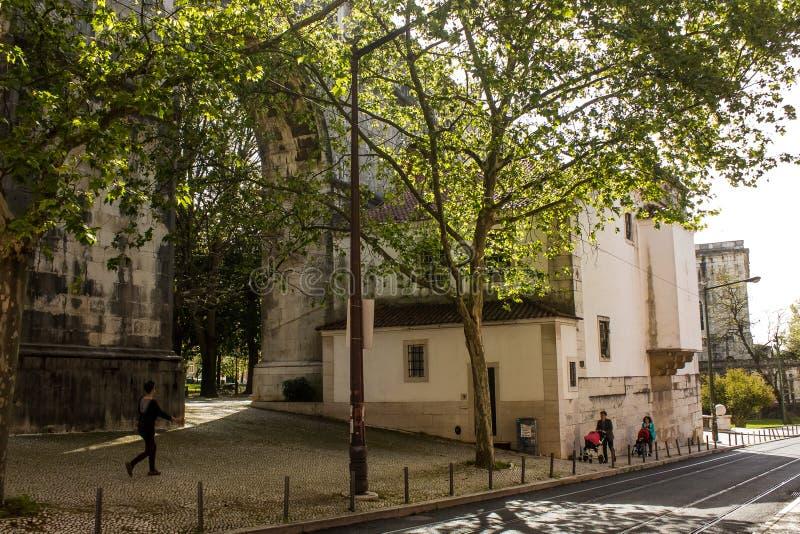 里斯本,葡萄牙:有渡槽和教会的曲拱的Amoreiras街道 免版税图库摄影