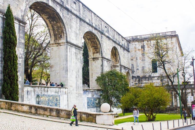 里斯本,葡萄牙:有渡槽和Mãe d'à  gua水库的曲拱的Amoreiras街道 图库摄影