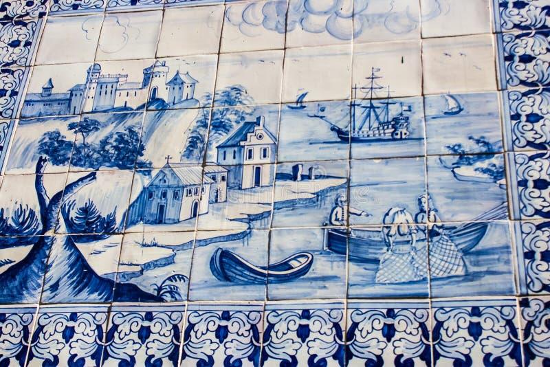 里斯本,葡萄牙:有葡萄牙海主题的街道瓦片在Alfama扎营 库存照片