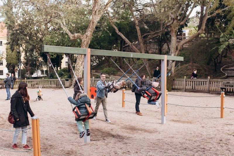 里斯本,葡萄牙01可以2018年:有孩子和父母的操场 有孩子的家庭或父母有孩子的 免版税库存照片