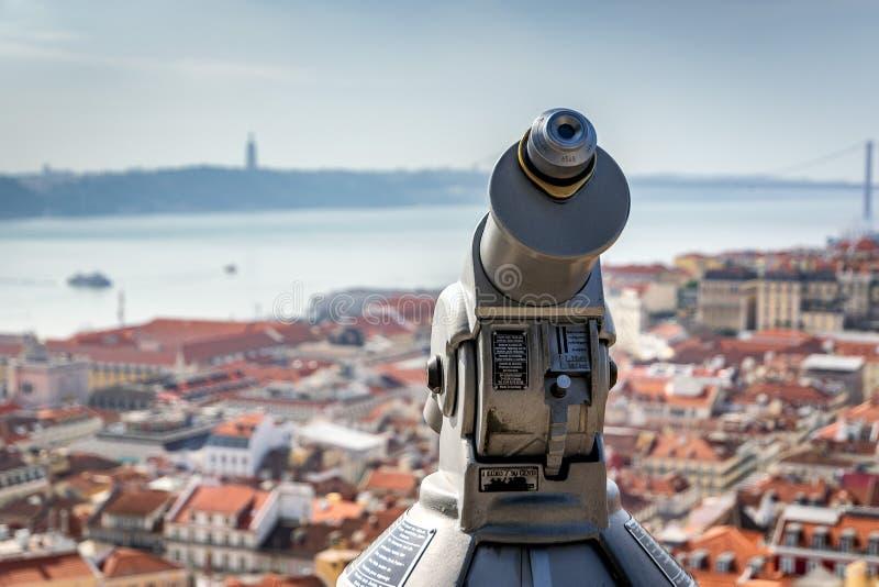 里斯本,葡萄牙- 2019年5月 在观察台特写镜头的望远镜在一好日子,在背景被弄脏的看法  免版税库存图片