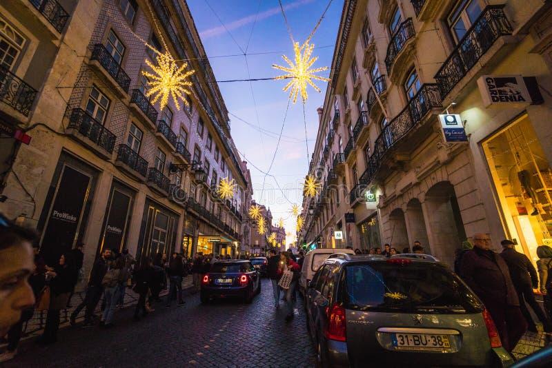 里斯本,葡萄牙- 2018年12月22日:美丽的里斯本街道圣诞节打过工的 库存照片