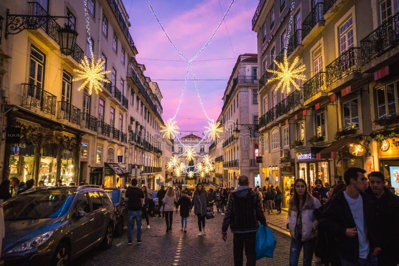 里斯本,葡萄牙- 2018年12月22日:美丽的里斯本街道圣诞节打过工的 库存图片