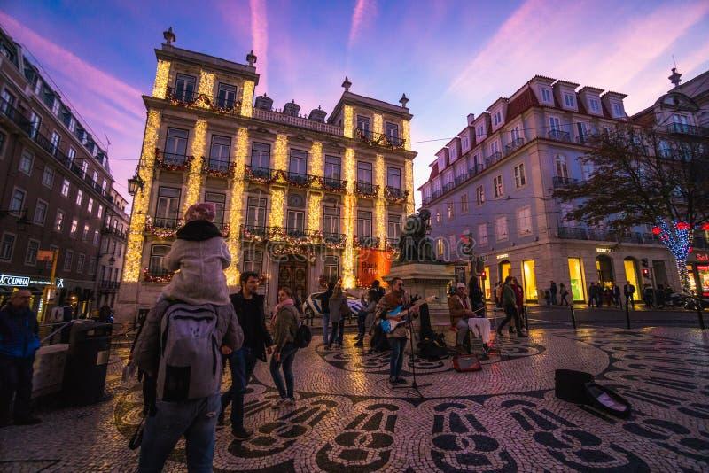 里斯本,葡萄牙- 2018年12月22日:美丽的里斯本街道圣诞节打过工的 免版税库存图片