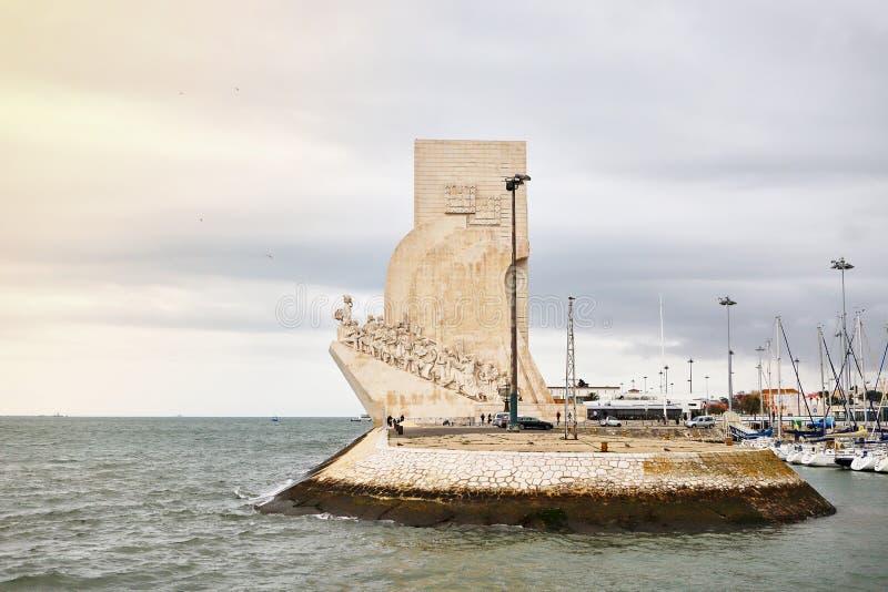 里斯本,葡萄牙- 2018年12月12日:Padrao对发现的dos Descobrimentos纪念碑在塔霍河的银行 库存图片
