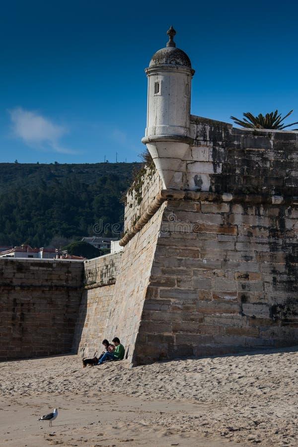 里斯本,葡萄牙- 2011年2月01日:Sesimbra海滩在塞图巴尔 库存照片