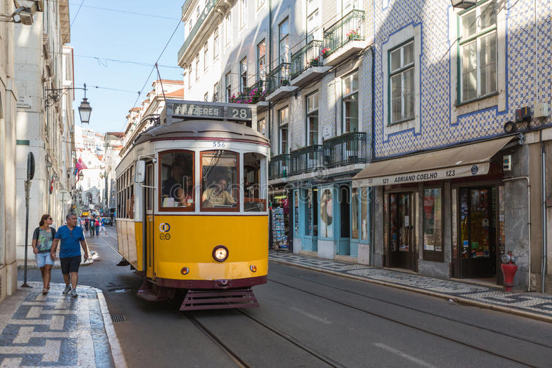 里斯本,葡萄牙- 2015年7月12日:葡萄酒电车在里斯本,葡萄牙的市中心 库存图片