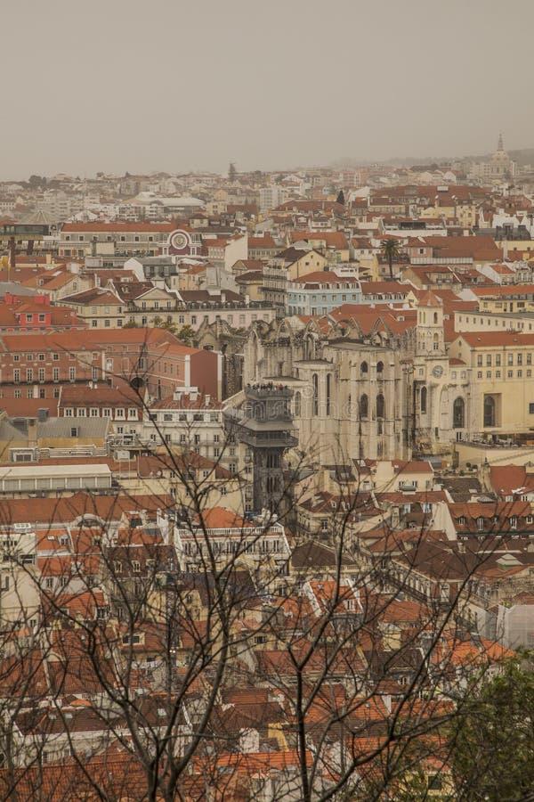里斯本,葡萄牙-老镇和圣诞老人胡斯塔推力的房子 库存图片